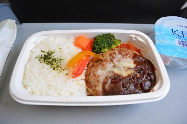 ジェットスター・ジャパンの機内で食べたイタリアンハンバーグの機内食