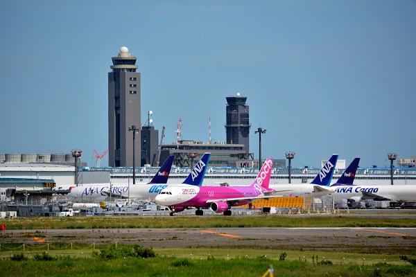 ピンクの塗装が色鮮やかなピーチのA320型機