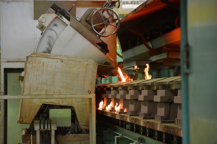 金型に高温の金属を流し込む様子