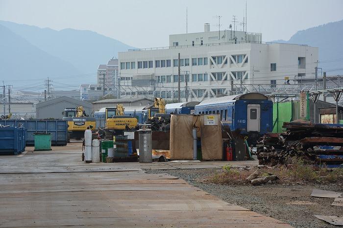 解体を待つブルートレインの客車