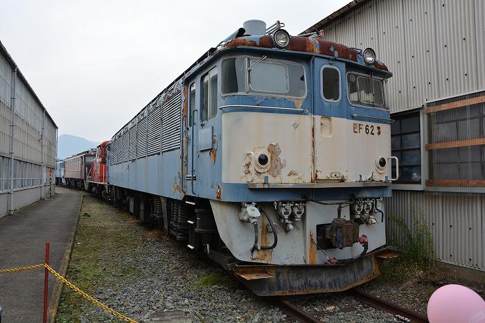 放置されボロボロになった機関車4連接