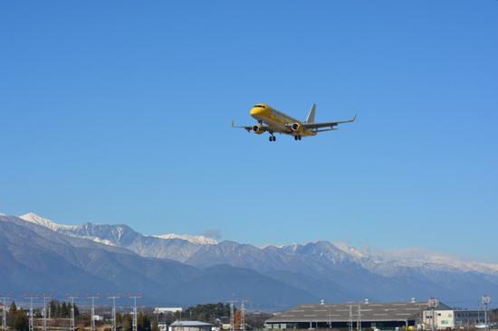 松本空港滑走路端から眺めたFDA機着陸時の様子