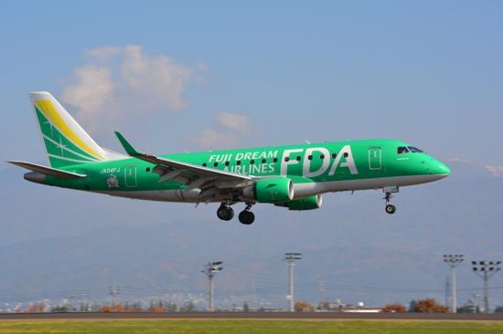 松本空港北側に設置された展望台から眺めたFDA機着陸時の様子