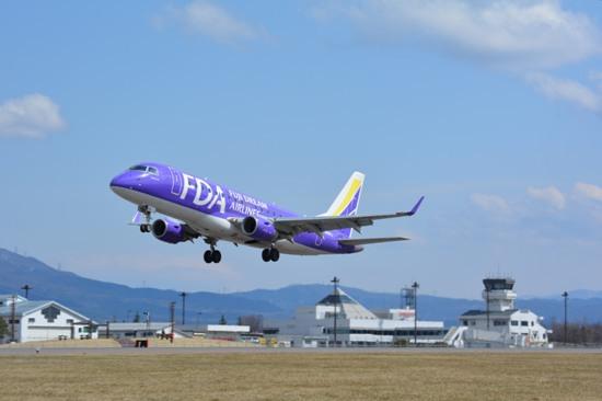 陸上競技場付近から眺めたFDA機離陸時の様子