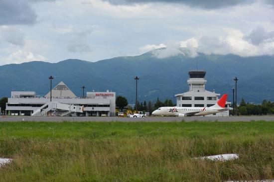 信州スカイパーク駐車場(西)から撮影した飛行機と空港ビルのショット