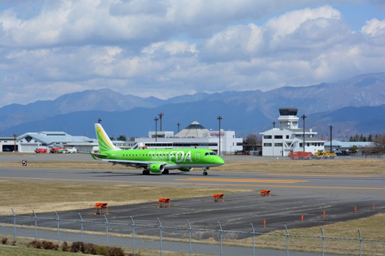 WELCOME TO SHINSHUスポットから撮影したFDA機と空港ビル