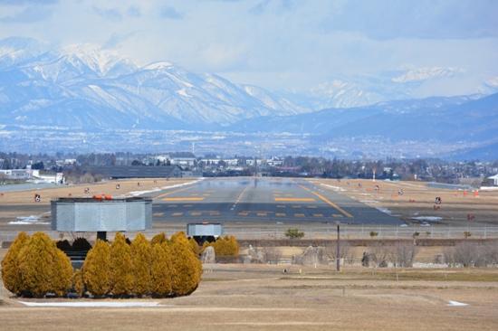 南展望台から撮影した松本空港の滑走路
