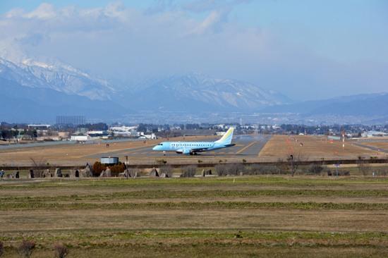 南展望台から撮影した松本空港の滑走路とFDA機